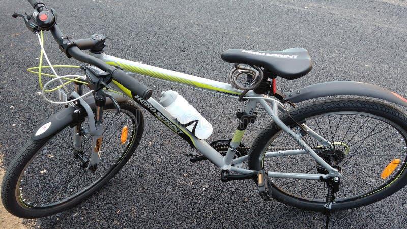 Fahrrad auf Straße lizenzfreie stockbilder