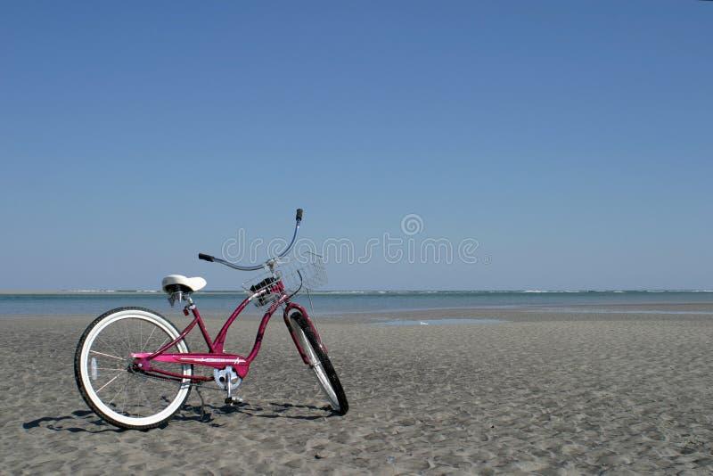 Fahrrad auf Strand stockbilder