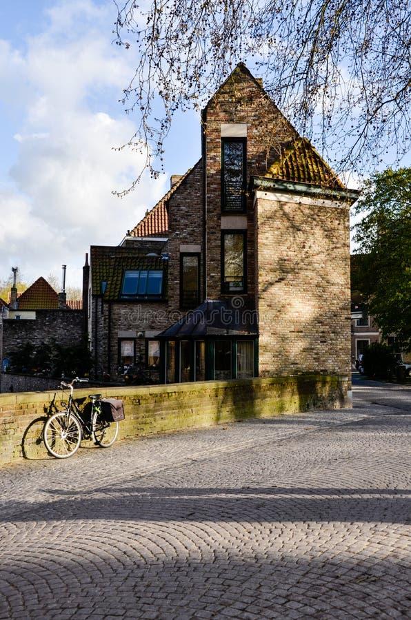 Fahrrad, Backsteinhaus, glättend in Brügge lizenzfreies stockbild