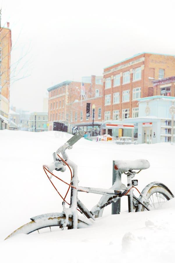 Fahrrad begraben im Schnee stockfotografie