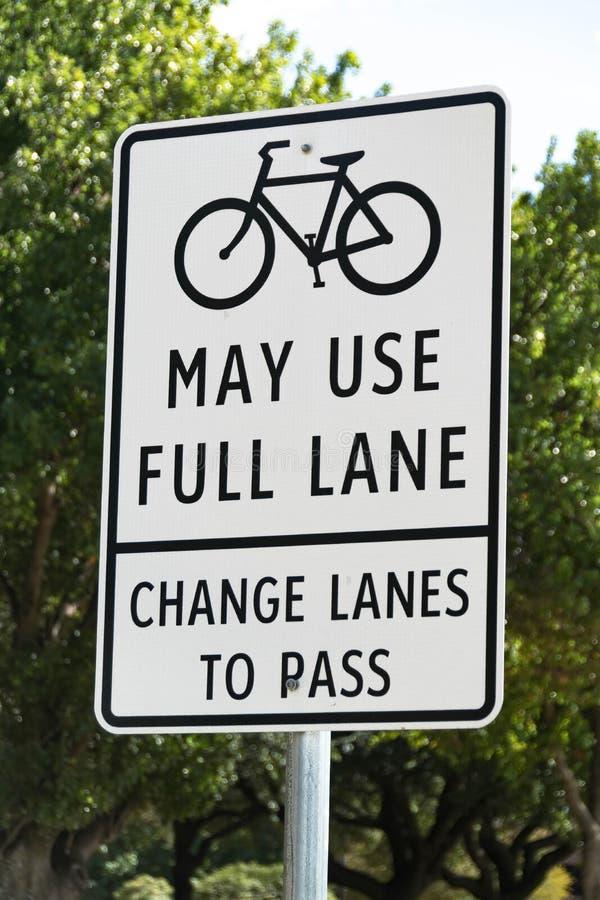 Fahrrad benutzt möglicherweise vollen Weg - ändern Sie Wege zum Durchlauf-Zeichen stockfotografie
