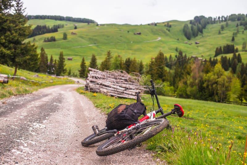 Fahrrad, das auf der Straße liegt stockfoto