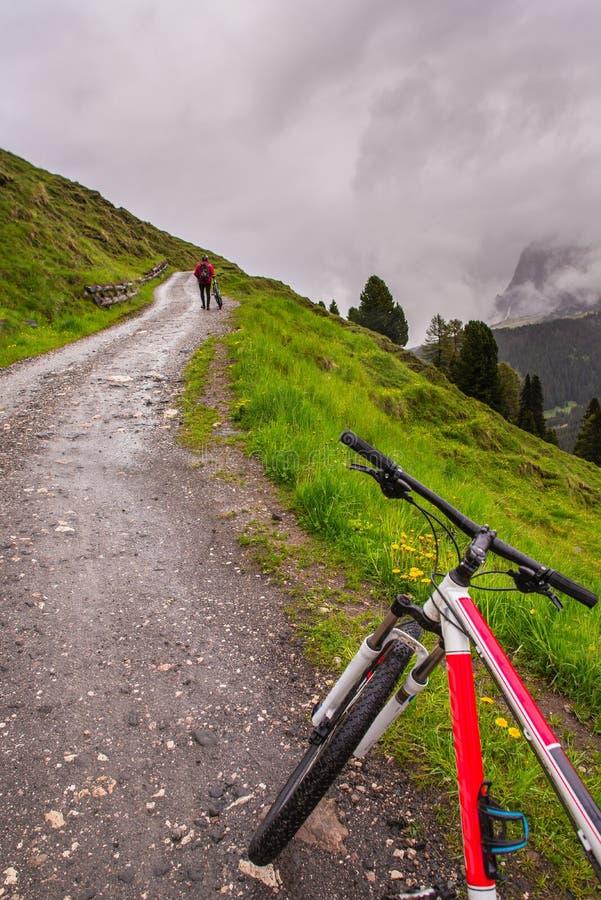 Fahrrad, das auf der Straße steht lizenzfreies stockfoto