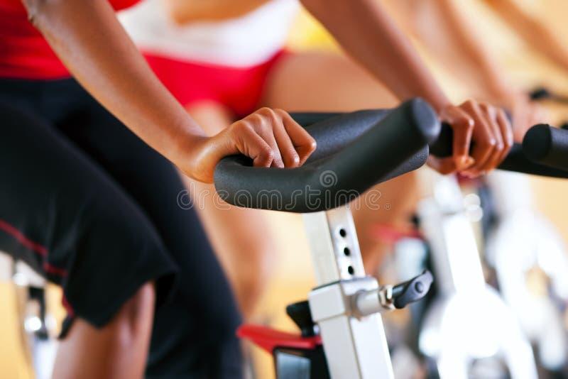 Fahrrad, das in Gymnastik spinnt stockfoto