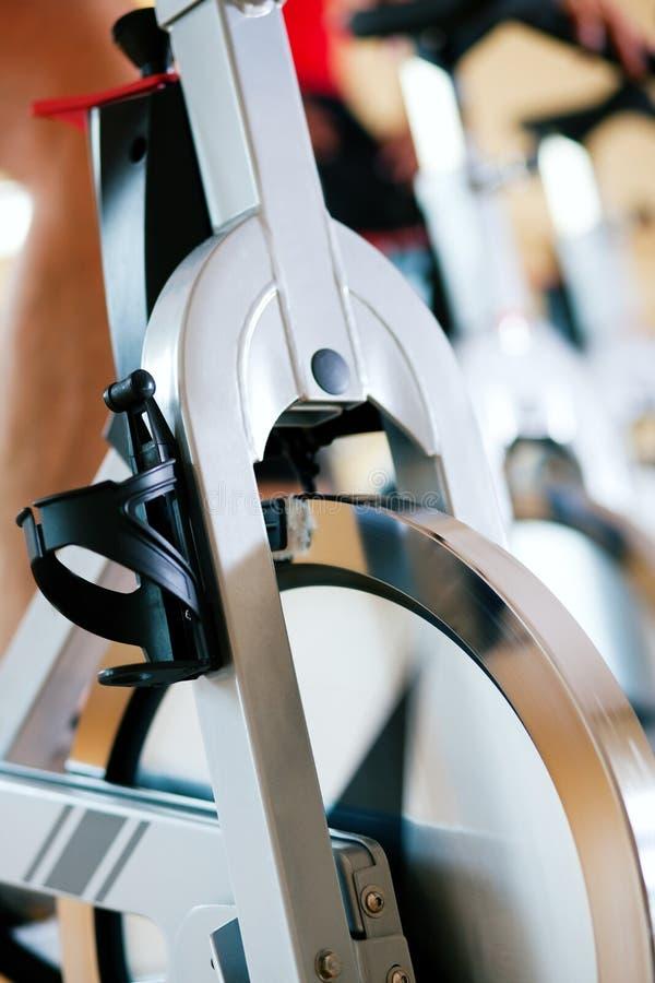 Fahrrad, das in Gymnastik spinnt stockbild