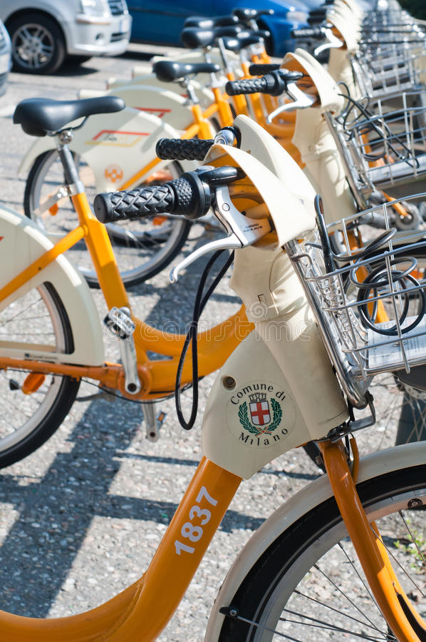 Fahrrad, das in Mailand - nahes hohes teilt lizenzfreies stockfoto