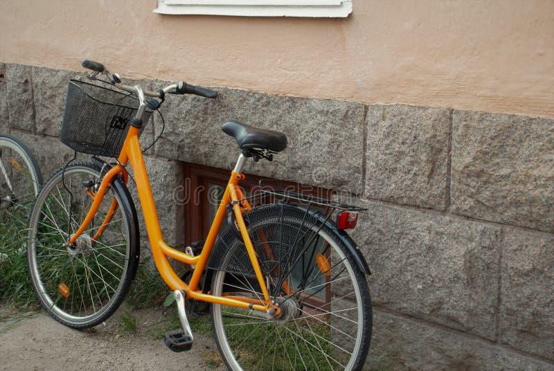 Fahrrad in der Straße stockbilder