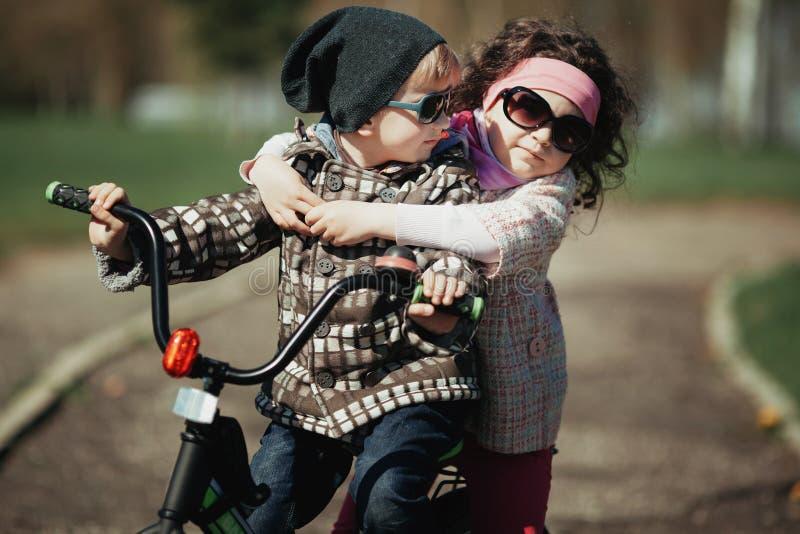 Fahrrad des kleinen Jungen und des Mädchens Fahr lizenzfreies stockfoto