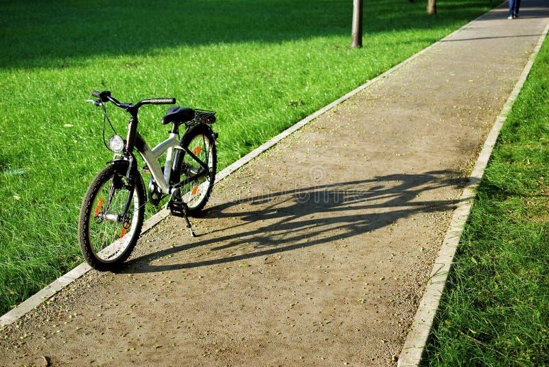 Fahrrad in einem Park lizenzfreies stockfoto