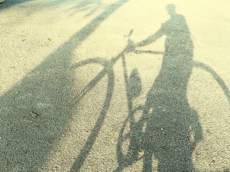Fahrrad-Fahrschatten lizenzfreies stockfoto