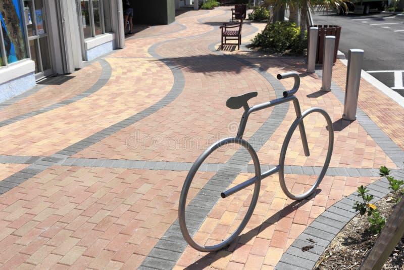Fahrrad-geformtes silbernes Fahrrad-Gestell lizenzfreie stockfotografie