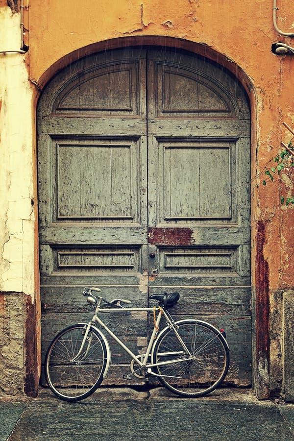 Fahrrad gegen alte Holztür. stockfoto
