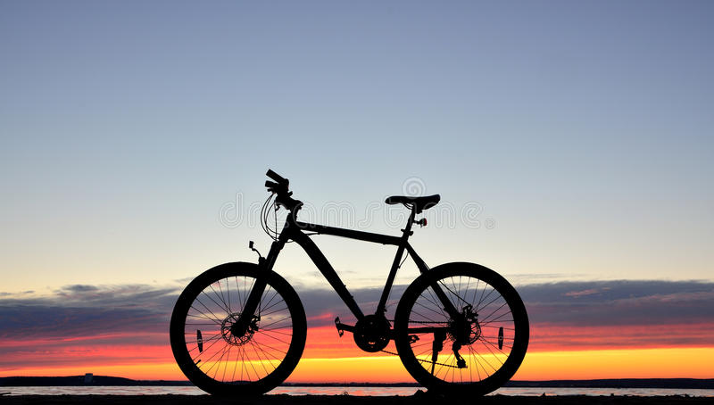 Fahrrad gegen einen Sonnenuntergang stockfotos