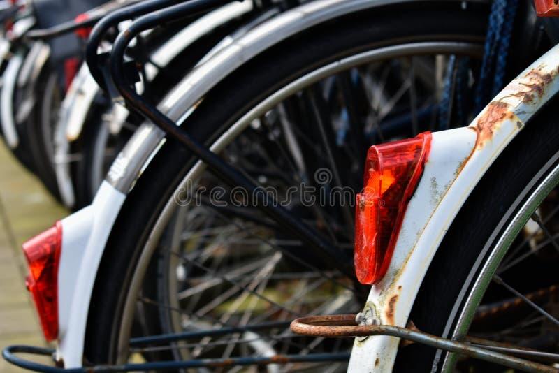Fahrrad-Gestell-hellrote Reifen-Schwarz-Weiß-Räder stockfotos