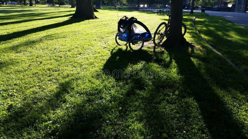 Fahrrad mit Anhänger stockbilder