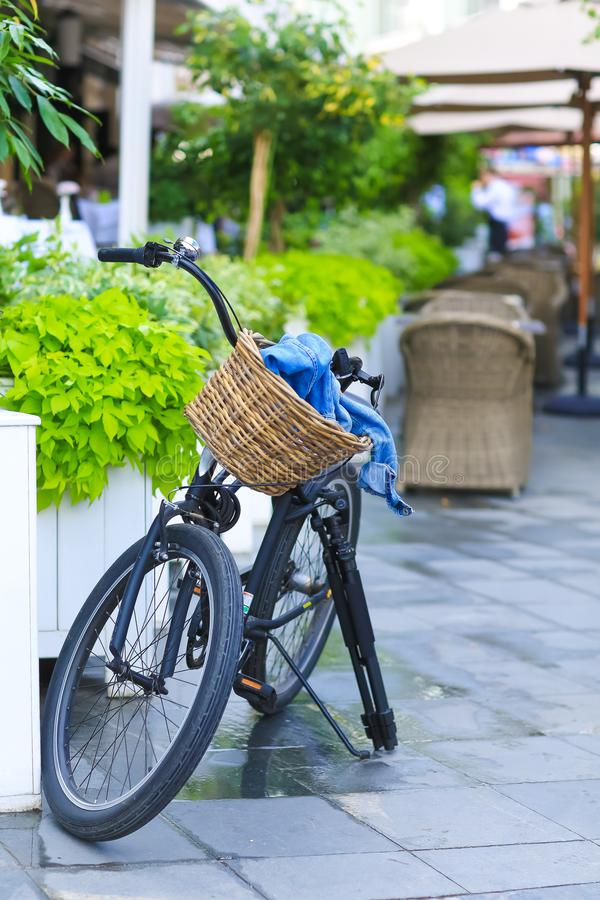Fahrrad mit einem Korb gestoppt auf der Straße nahe bei dem Café stockfotografie