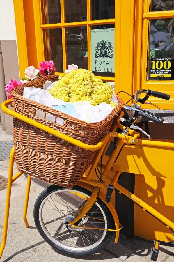 Fahrrad mit Weidenkorb, Stratford-nach-Avon lizenzfreie stockbilder