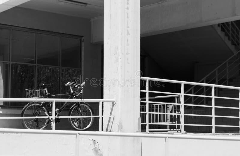 Fahrrad nah an Treppenhaus lizenzfreie stockbilder