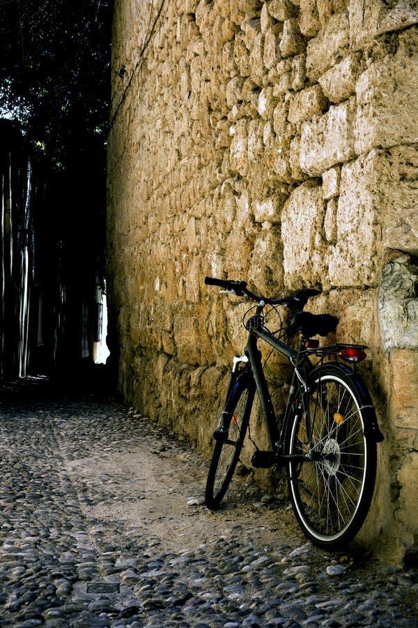 Fahrrad nahe der Wand im Yard stockbilder