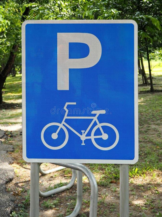 Fahrrad-parkendes Zeichen im allgemeinen Stadt-Park lizenzfreies stockfoto