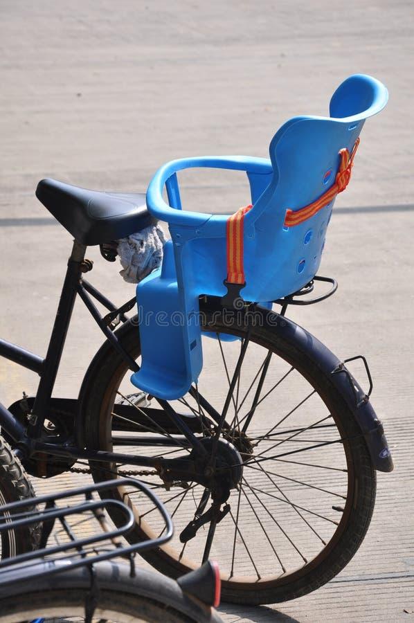Fahrrad parkte an einer Schule lizenzfreie stockfotos