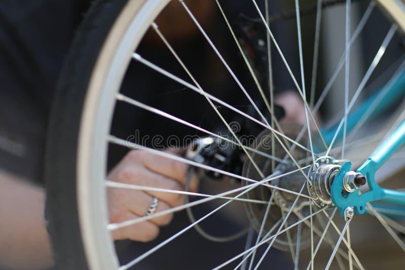 Fahrrad reparieren ihre eigenen Hände lizenzfreie stockfotografie