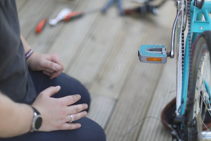 Fahrrad reparieren ihre eigenen Hände stockbild