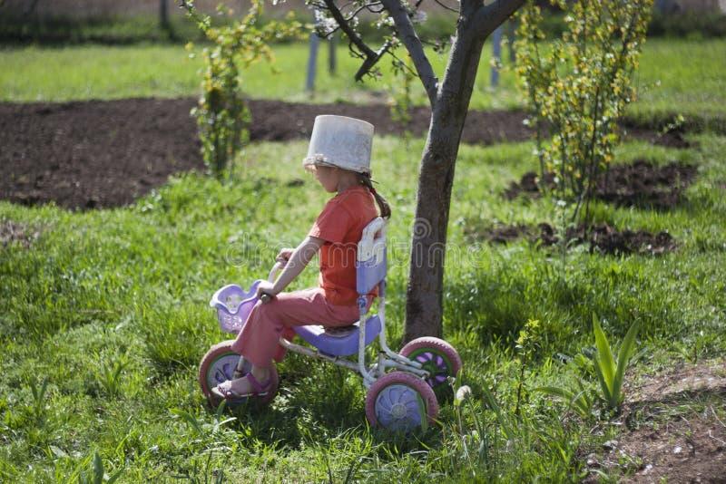 Fahrrad und ein alter Eimersturzhelm stockfotografie