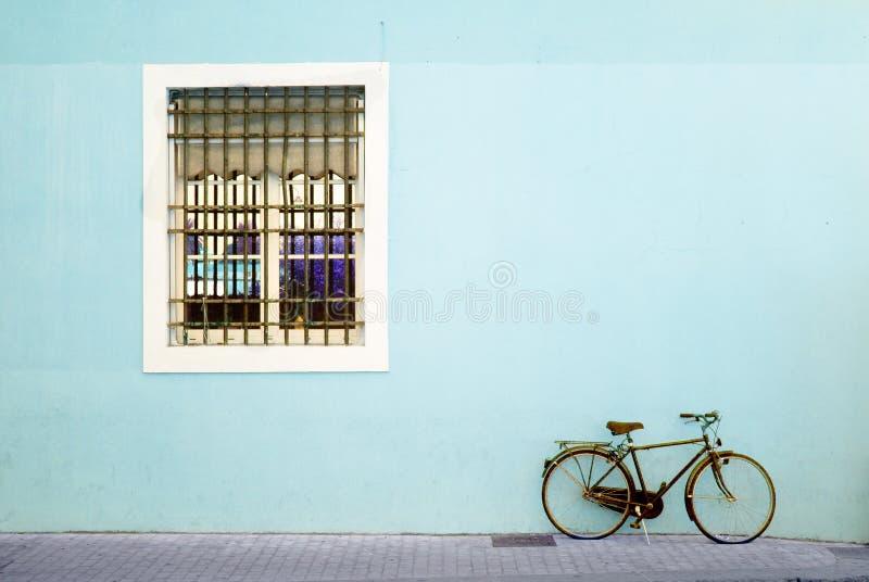 Fahrrad und Fenster lizenzfreie stockbilder