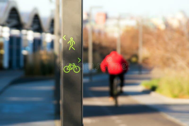 Fahrrad- und Fußgängerwegzeichen stockbild