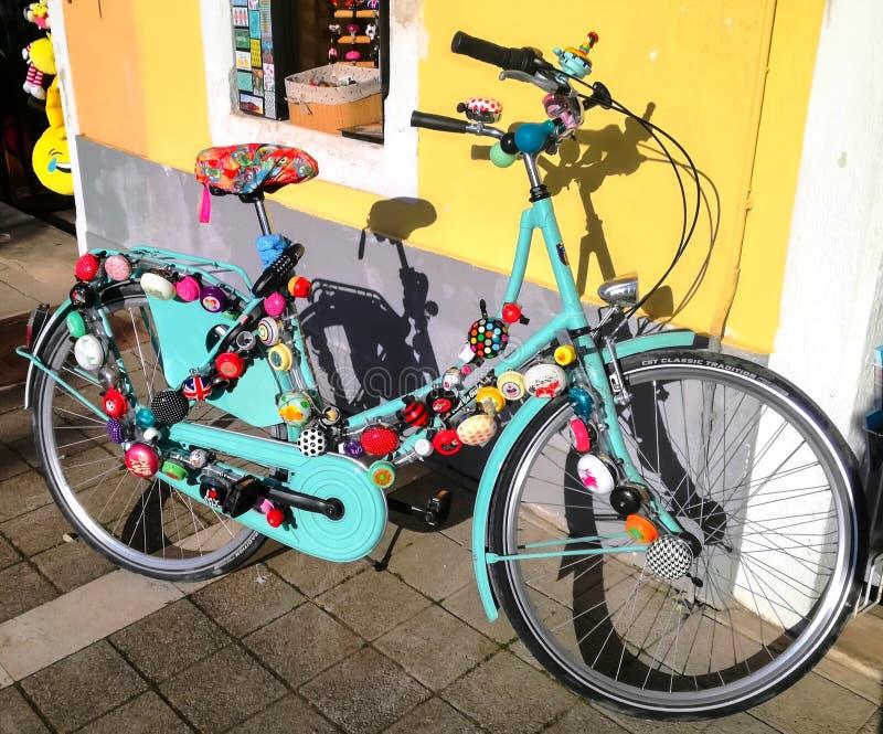Fahrrad und Glocken stockbilder