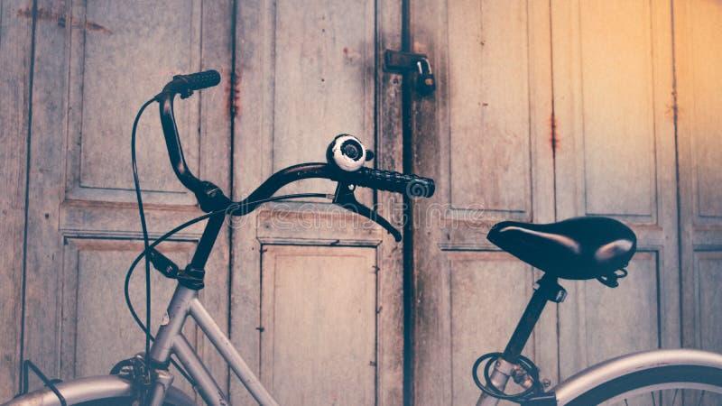 Fahrrad- und Holztür, Prozess in der Weinleseart lizenzfreies stockbild