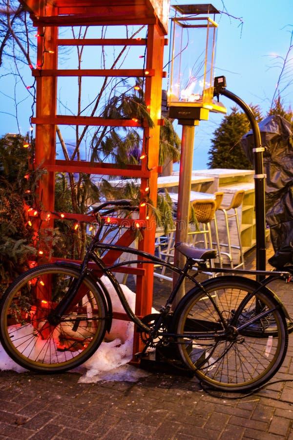 Fahrrad und rote Treppe lizenzfreies stockfoto