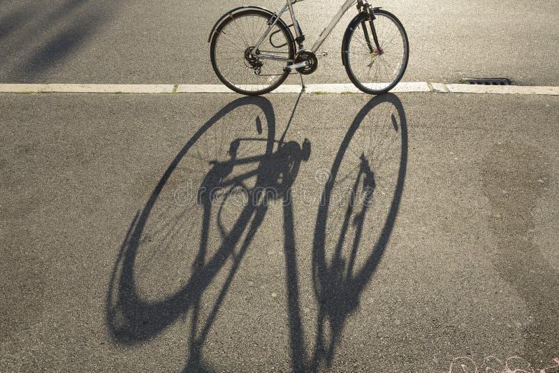 Fahrrad und Schatten stockfotografie
