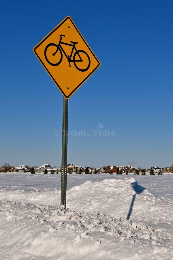 Fahrrad-Weg unterzeichnen herein Winter stockbilder
