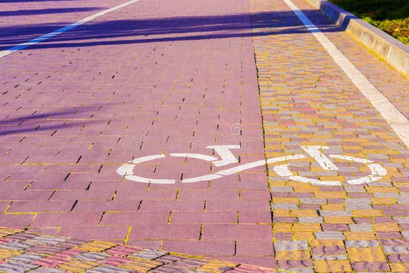 Fahrrad-Weg-Zeichen Weg gepflastert mit den Kopfsteinen, kommend in das dist stockfotografie