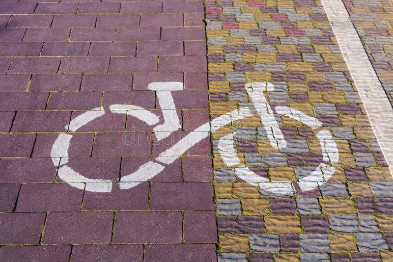 Fahrrad-Weg-Zeichen Weg gepflastert mit den Kopfsteinen, kommend in das dist stockfoto