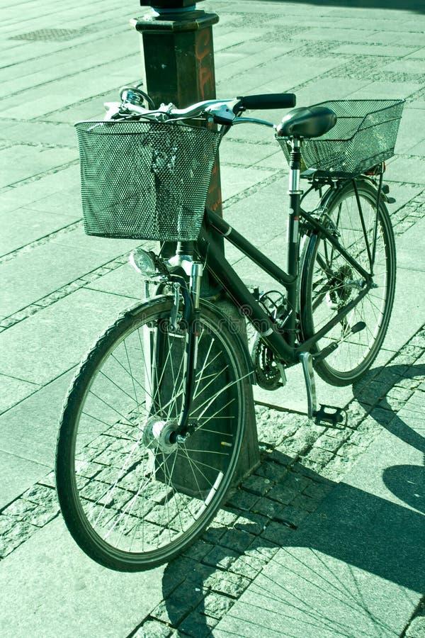 Fahrrad zugeschlossen zu einem Laternenpfahl stockfoto