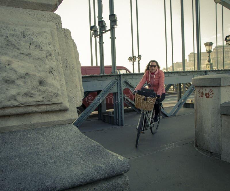 Fahrrad zum Roboter ist modern und nützlich lizenzfreie stockfotografie