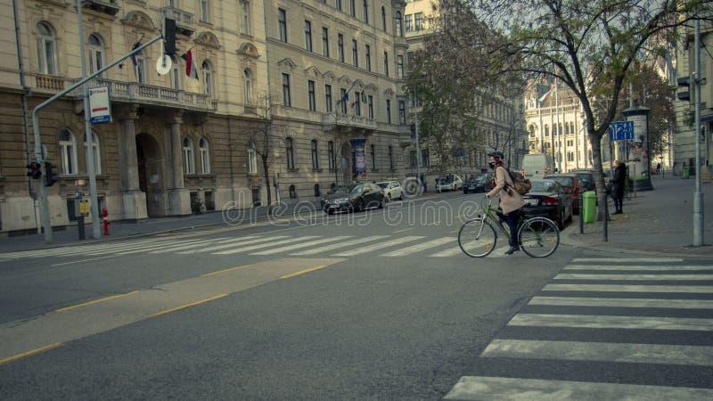 Fahrrad zum Roboter ist modern und nützlich stockfotografie