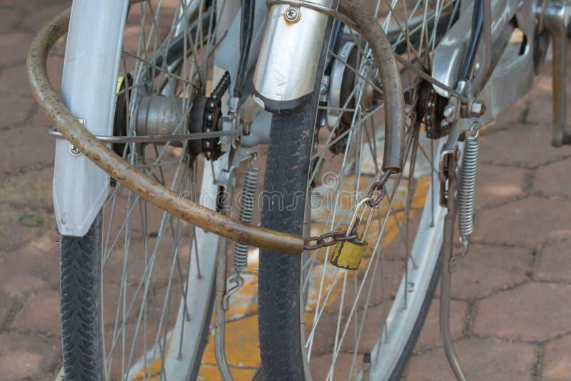 Fahrrad zusammen zugeschlossen in den Park lizenzfreies stockfoto