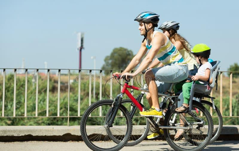 Fahrradfahrjungefamilie lizenzfreie stockfotos