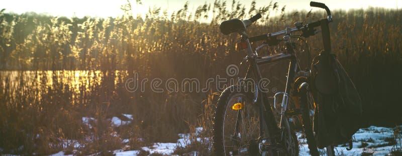 Fahrradfahrradschnee-Seesonnenuntergang lizenzfreie stockfotografie