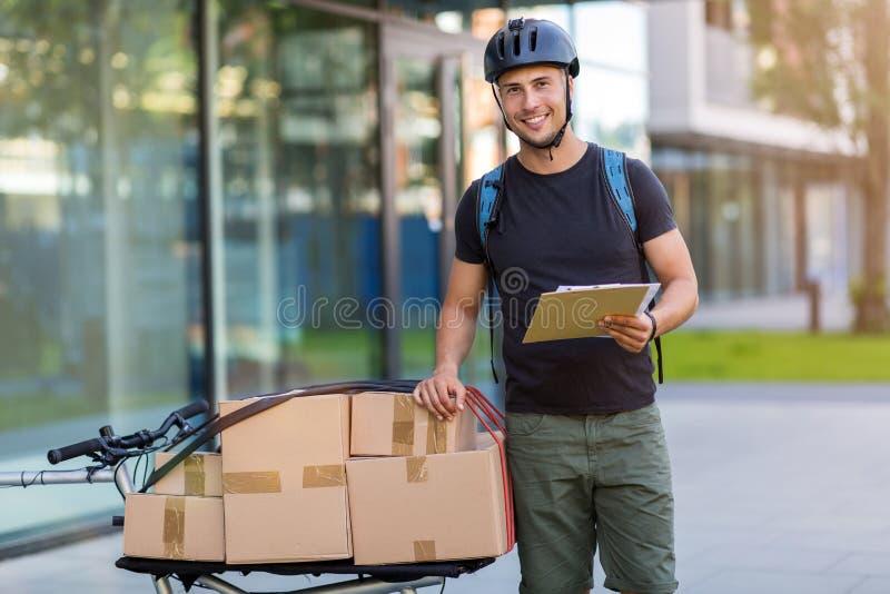 Fahrradkurier, der eine Lieferung macht lizenzfreie stockfotografie