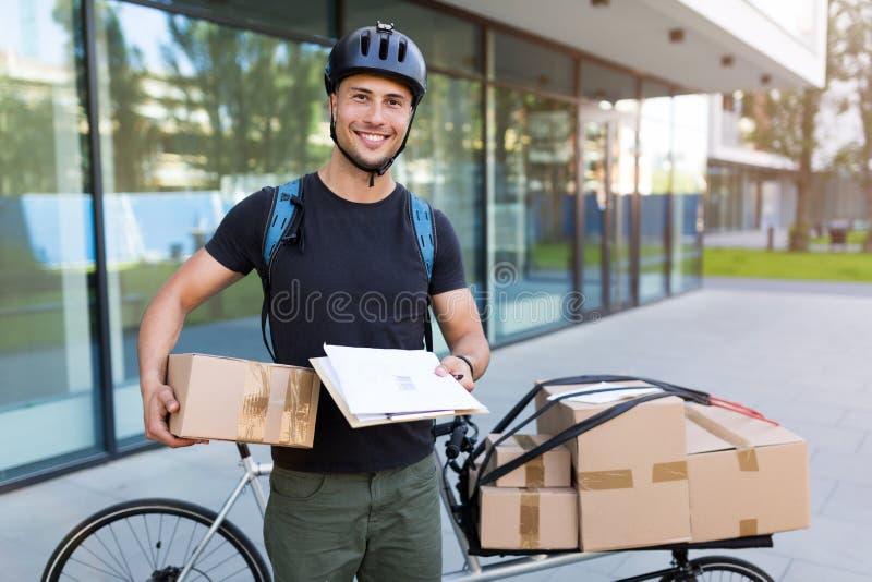 Fahrradkurier, der eine Lieferung macht stockfoto