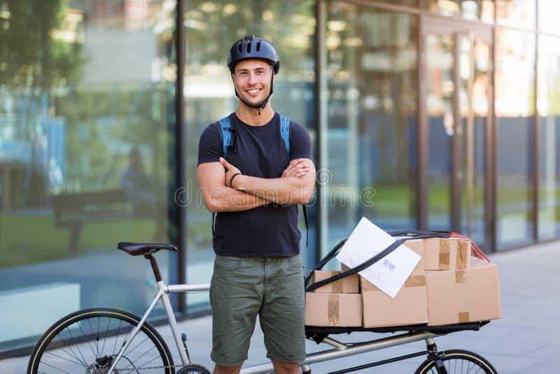 Fahrradkurier, der eine Lieferung macht lizenzfreie stockfotos