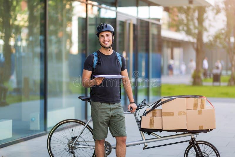 Fahrradkurier, der eine Lieferung macht lizenzfreies stockfoto