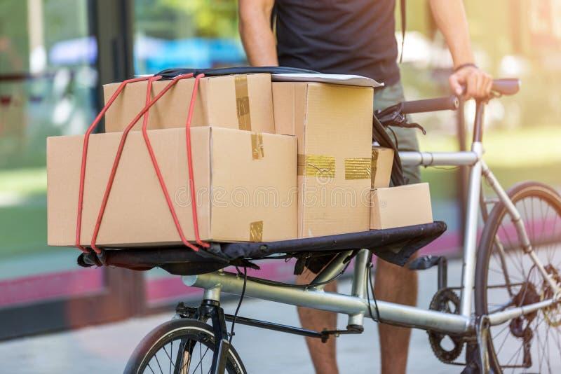 Fahrradkurier, der eine Lieferung macht lizenzfreie stockbilder
