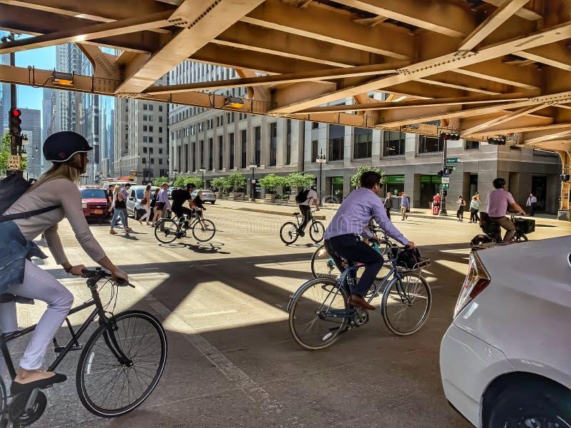 FahrradNahverkehr während der MorgenHauptverkehrszeit auf Wells-St. und Wacker Dr. stockfotos
