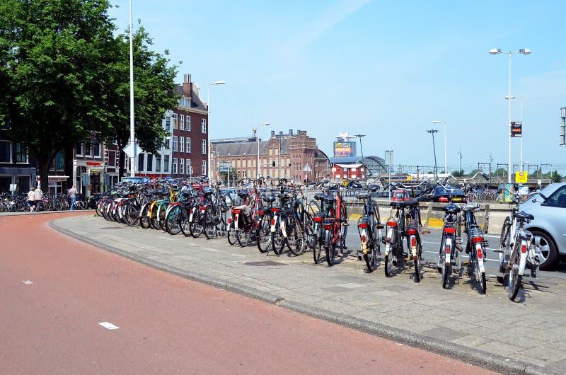 Fahrradparken in Amsterdam stockfotografie